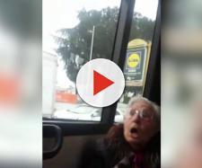 Donna anziana malmena un immigrato sull'autobus