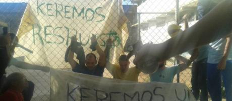 sociales muestran a los cuatro presos arrodillados con los brazos en alto mientras que otros reclusos parecen estar amenazándolos