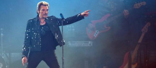 El desaparecido cantante Johnny Hallyday en uno de sus legendarios conciertos.