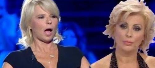 Tina fa un annuncio che spiazza Maria De Filippi.