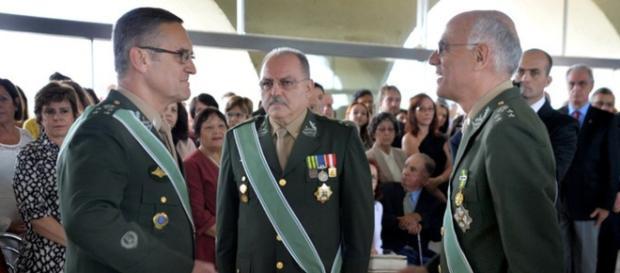 General Sérgio Etchegoyeng, no centro da foto, é chamado de traidor pelos militares