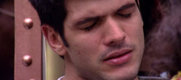 Lucas chora em conversa com Nayara e Diego.