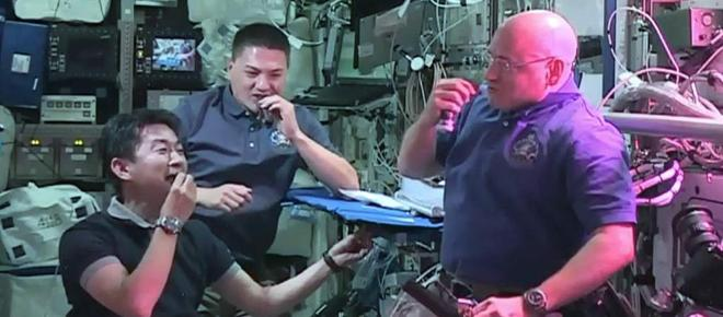 En la NASA comen sus primeros bocados de lechuga cultivada en el espacio