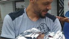 Emocionante. Homem realiza o parto da própria filha no meio da rua
