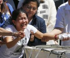 FURIE ȘI DURERE! Sicriul servitoarei găsită moartă în congelator a ajuns acasă - Foto: AP Photo/Bullit Marquez