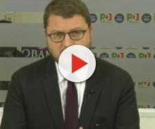 Gennaro Migliore del PD contestato con carta igienica e offese a Pomigliano d'Arco