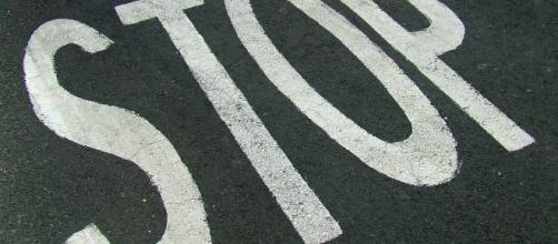 La scritta stop sul manto stradale