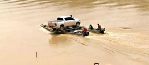 Momento em que um caminhão roubado no Brasil atravessa com drogas do Paraguai para Misiones