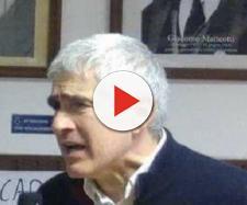 Comizio di Casini sotto ai quadri dei padri della sinistra: la foto diventa virale
