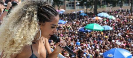 Anitta dá lição de moral em ladrão que roubou celular no Bloco das Poderosas