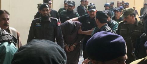Polițiști pakistanezi îl escortează la proces pe Imran Ali, asasinul care a violat și ucis o fetiță de șase ani - Foto: AFP