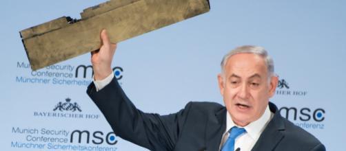 Benjamin Netanyahu mostra il presunto frammento di drone iraniano - (MSC/Preiss)
