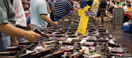 Compradores de armas en una subasta realizada en Florida el año pasado.