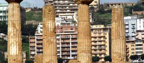 Fotomontaggio di Agrigento con le case a ridosso dei monumenti.