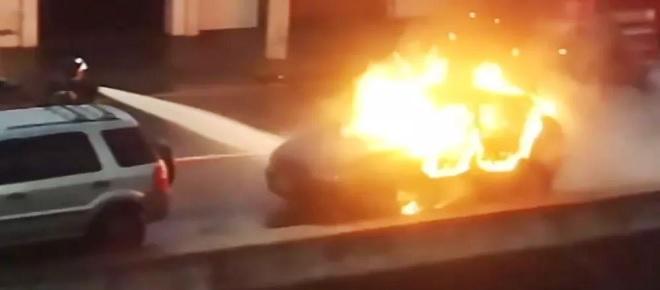 Homem descobre que filho é de outro e joga fogo no carro do amante da mulher