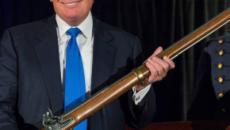 Trump apoya controles mejorados de antecedentes de armas