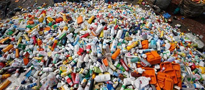 La basura de reciclaje al vertedero después de la prohibición de China