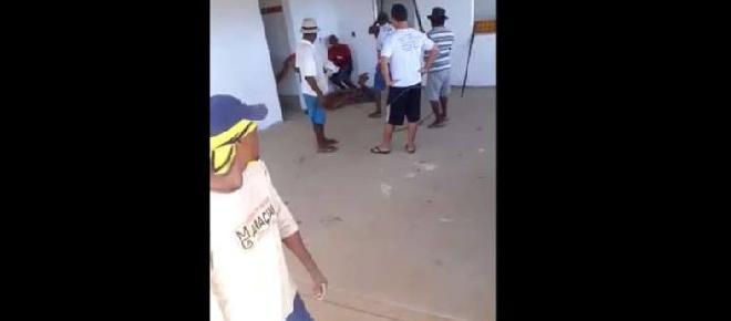 Cenas fortes: Moradores agridem a pauladas suspeito de vários furtos
