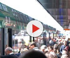 Passeggeri salgono su un treno Trenord