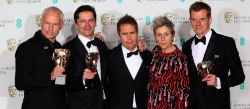 Martin McDonagh, Peter Czernin, Sam Rockwell y Graham Broadbent posan con Frances McDormand, sosteniendo sus galardones. REUTERS-Hannah Mckav.