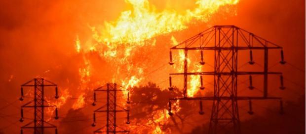 En esta foto proporcionada por el Departamento de Bomberos del Condado de Santa Bárbara, las llamas se enfocan cerca de las líneas eléctricas.