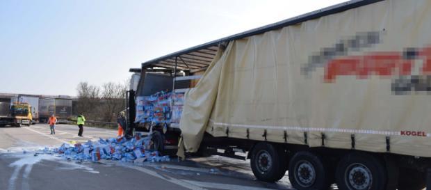 Vollsperrung nach Unfall mit Milchlaster auf A5. Foto: SinsheimTV/Buchner
