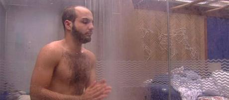 """Causando! Mahmoud toma banho sem sunga: """"Esqueci que estou no BBB."""""""