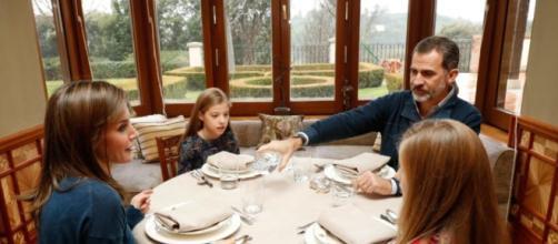 La Familia Real en escena almorzando