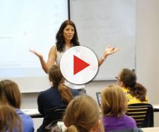 Un'insegnante durante una lezione in classe