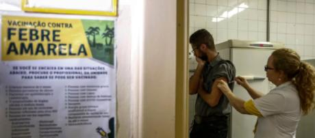 Un hombre recibe una vacuna contra la fiebre amarilla en una clínica ambulatoria en Sao Paulo en febrero.