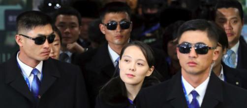 El presidente surcoreano Moon Jae-in habla con Kim Yo Jong, hermana del líder norcoreano Kim Jong