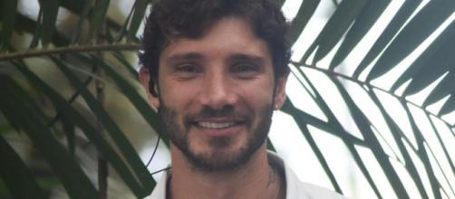 Gossip Stefano De Martino: l'inviato dell'Isola dei famosi ha il cuore in Italia?