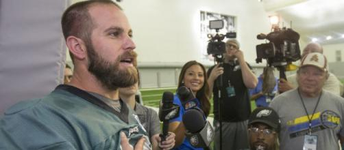 Jon Dorenbos habla con reporteros fuera de una práctica de Eagles en 2016.