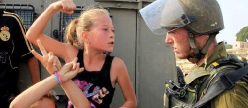 Joven rubia golpea a un soldado