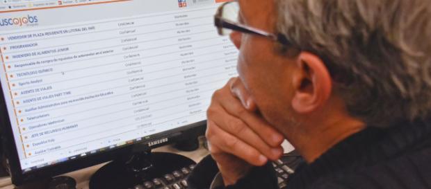 Bill Gates en su escritorio leyendo