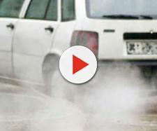 Auto inquinante mentre circola in strada.