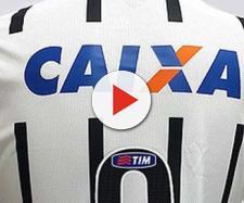 O jogador já veste a camisa do Timão na assinatura de contrato