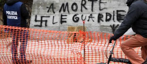 ALDO MORO, SCRITTA E SVASTICHE SULLA LAPIDE IN VIA FANI, ROMA - teleambiente.it