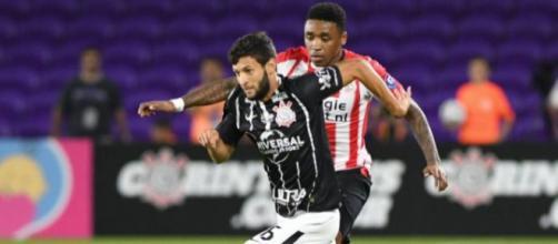 Com possível lesão de Capixaba, Corinthians tenta contratar novo lateral-esquerdo