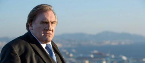Gérard Depardieu en una imagen de la serie 'Marsella', con la ciudad al fondo.
