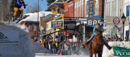 Un esquiador tirado por un caballo y haciendo saltos de esquí ... - lugaresdenieve.com