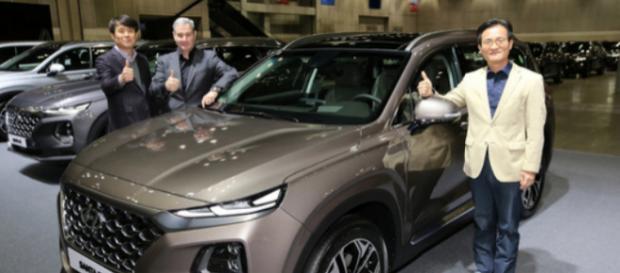 Hyundai Motor Luke Dongkol Volke (izquierda) y el vicepresidente Lee Kwang-Kook presentarán el nuevo Santa Fe.