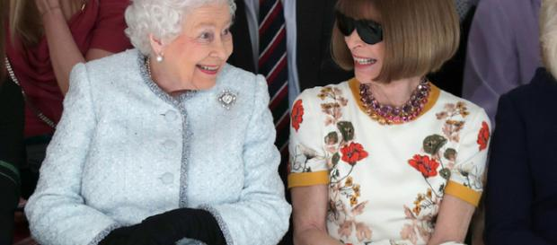 La regina Elisabetta accanto ad Anna Wintour, direttrice di Vogue (via Il post)
