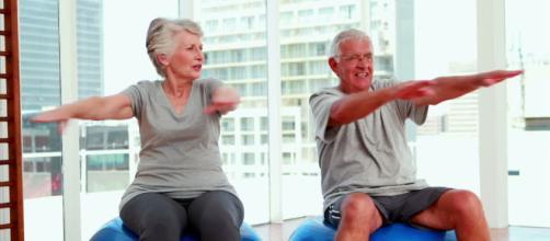 Adultos estirándose y poniéndose en forma