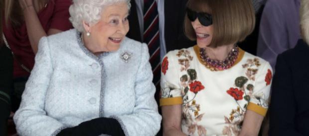 La reina Isabel II y Anna Wintour a la vanguardia del desfile de Richard Quinn el 20 de febrero de 2018.