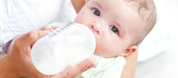 Lactancia artificial para bebés cuando falta la leche materna.