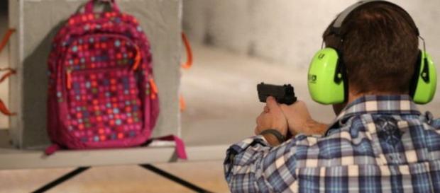 Tras el tiroteo de Florida muchas empresas han incrementado la venta de mochilas a prueba de bala. GETTY IMAGES