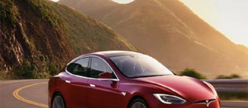 """El """"Modelo S"""" de Tesla conducción automática."""