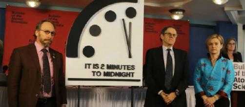 Gli scienziati Lawrence Krauss (a sinistra) e Robert Rosner (al centro) presentano il Doomsday Clock (fonte medium.com)