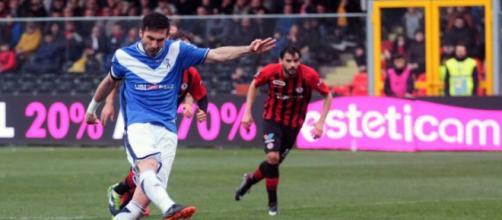 Nella foto, della Lega B, Caracciolo calcia il rigore che darà al Brescia la vittoria contro il Foggia.